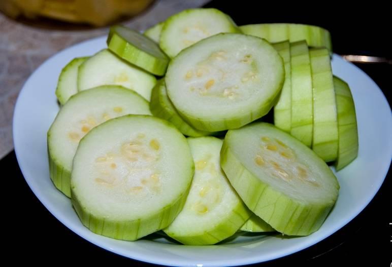 2. Выложите их на тарелку и промокните салфеткой, чтобы впиталась лишняя влага. По необходимости можно удалить семечки.