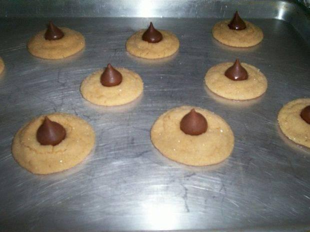 Пока печенье печется, растапливаем шоколад и заполняем им кондитерский шприц (можно использовать простой целлофановый пакетик). Достаем печенье и сверху выдавливаем немного шоколада. Даем остыть пару минут. Ставим в духовку еще на 2 минуты.