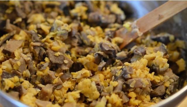 1. Грибы обжарим на сковороде вместе с измельченным луком. Специи - по вкусу. Далее перемешаем до однородности смесь со сковороды с пюре.