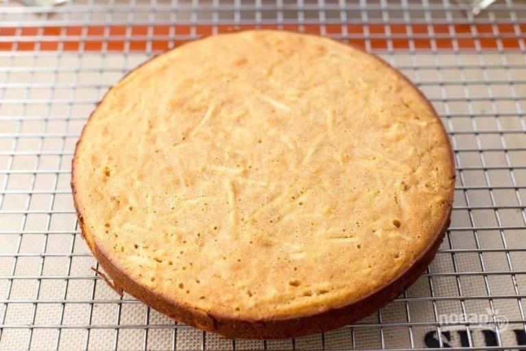 12.Удалите пирог из формы и вложите на решетку.