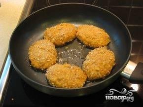 8.Панируем котлеты в сухарях и обжариваем с обеих сторон, пока не образуется аппетитная румяная корочка.