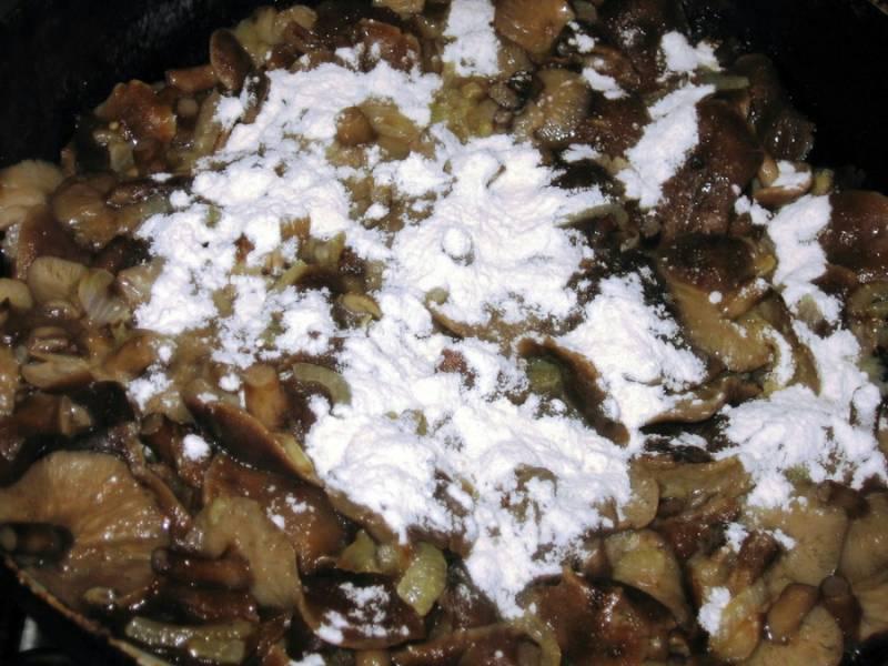 Через 15 минут открываем крышку, посыпаем содержимое сковородки мукой и перемешиваем.