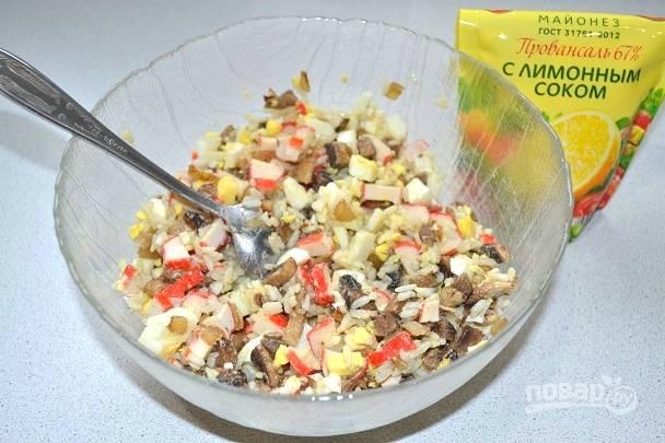 14. Перемешайте салат, заправьте майонезом, по желанию добавьте соль.