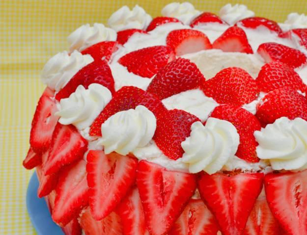 """Украшаем торт ягодами и сливками. Ставим на 20 мин. в холодильник, чтобы всё """"скрепилось"""". Если есть возможность подержать торт в холодильнике подольше — это только плюс."""