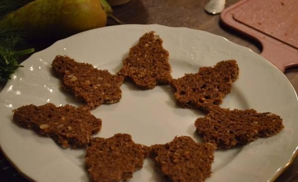 """1. Я  готовила новогодние канапе, так что хлеб вырезала в форме елочек (детские """"пасочки"""" идеально для этого подходят). Хлеб натирала специями."""