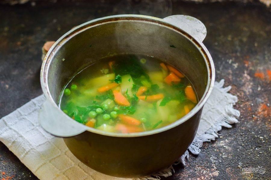 Спустя 25 минут варки, выложите в кастрюлю шпинат, горошек, соль и перец по вкусу.