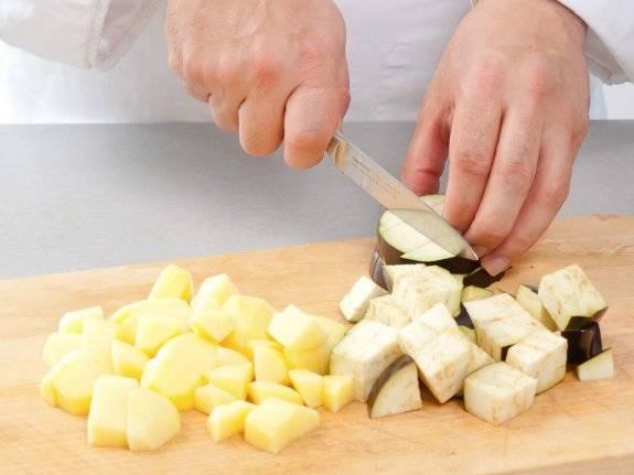 Нарезаем картофель и баклажаны. Баклажаны держим в соленой воде 15 минут.