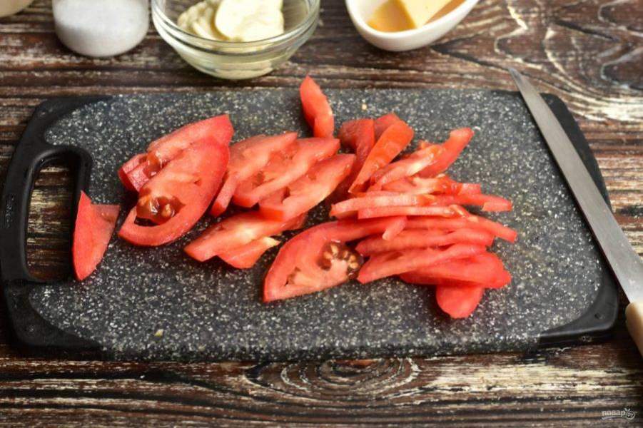 Нарежьте помидор.