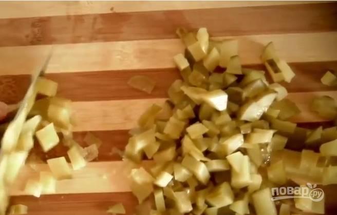 5. Огурчики нарежьте мелкими кубиками и отправьте в суп.