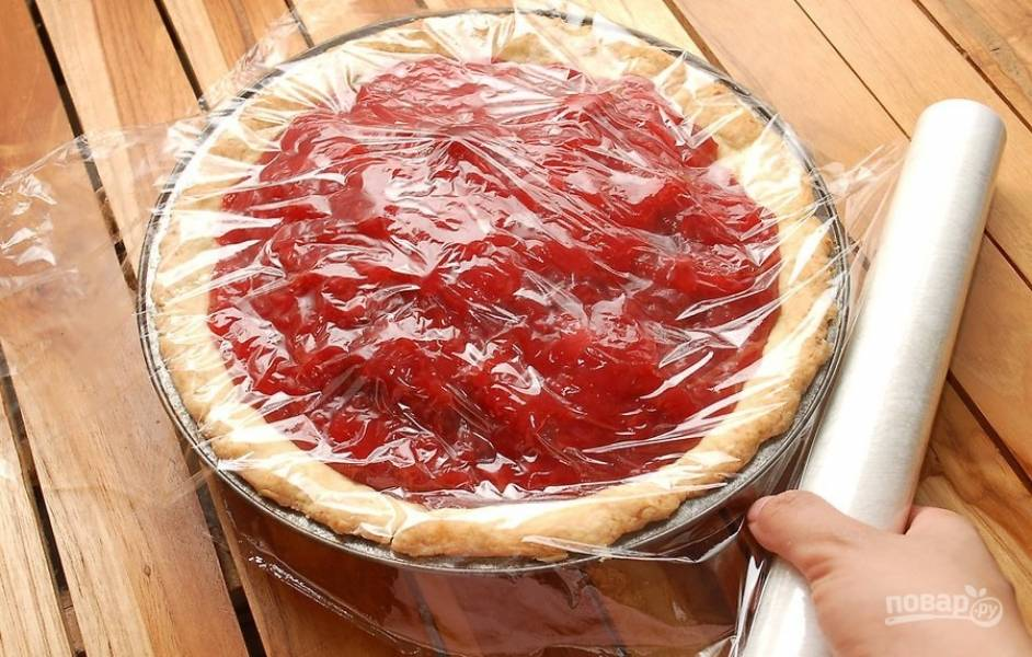12.Распределите равномерно по всему пирогу, затем накройте пирог пищевой пленкой. Отправьте пирог в холодильник на 1 час.