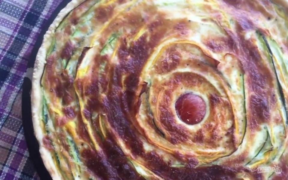 5. Равномерно залейте овощи получившейся смесью. Отправьте пирог в разогретую до 180 градусов духовку примерно на 1 час. Приятного аппетита!