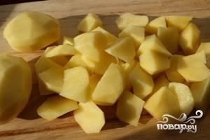 Кубиками нарезаем картофель.