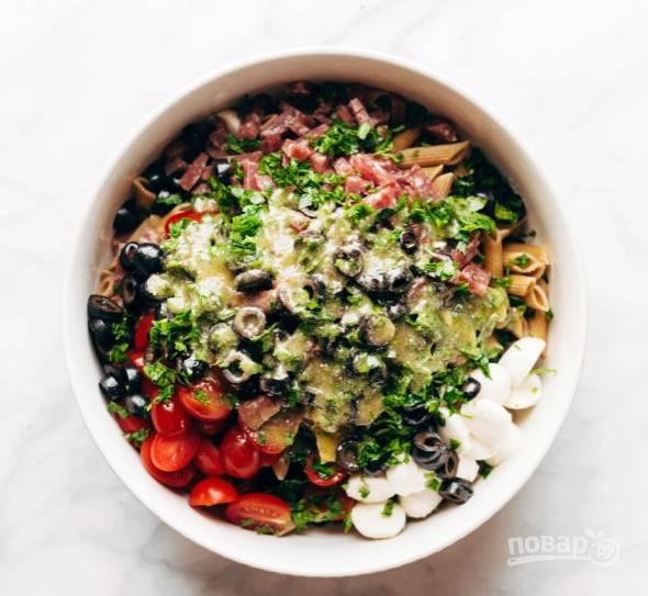 7.Для заправки: в отдельную миску вливаю оливковое масло, белый уксус, воду, добавляю орегано, базилик, соль и перец, выдавливаю чеснок, хорошенько взбиваю венчиком. Заправляю салат.