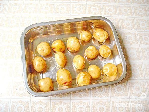 2.При помощи салфетки просушиваем каждую картофелину. Затем обмакиваем в растительном масле каждую картофелину и выкладываем их на противень. В разогретый духовой шкаф ставим противень с картофелем, предварительно картофель посолили. Картофель так же можно приправить любыми специями, или же сушеной травой.