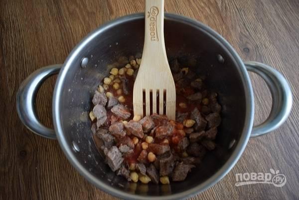Добавьте томатный сок и тушите еще 20-30 минут. Если будете использовать свежие помидоры, то сделайте сверху крестообразный надрез, обдайте  кипятком, снимите кожицу, измельчите в пюре.