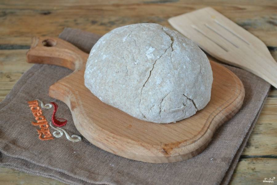 Тесто готово. Сформируйте из него небольшие лепешки или хлебцы произвольной формы и запеките в духовке.