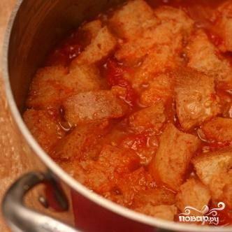 4. Добавить щепотку сахара, если суп слишком кислый. Довести до кипения на сильном огне, затем уменьшить огонь и варить 10 минут (медленное кипение). Добавить кусочки хлеба, выключить огонь и дать постоять 15 минут.