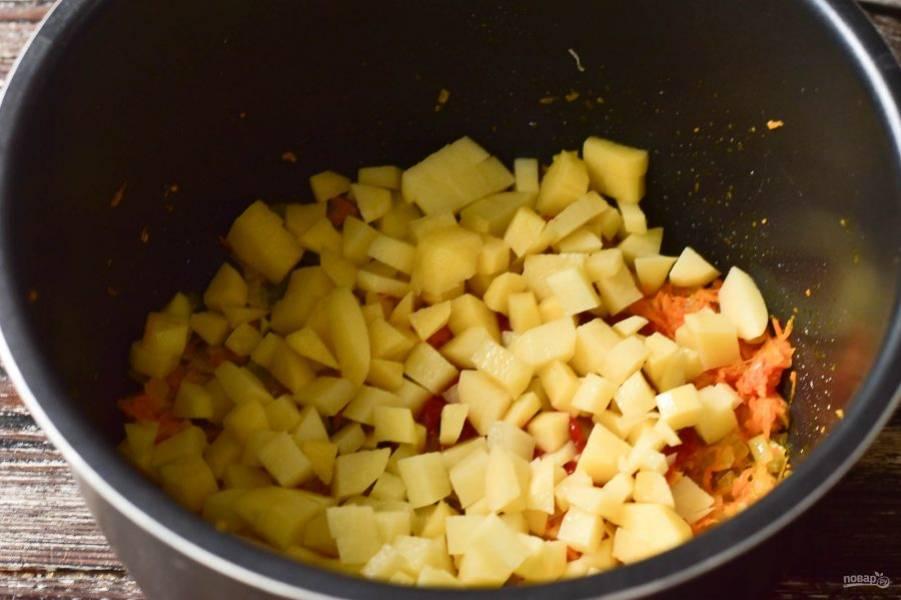 Затем выложите нарезанный кубиками картофель.