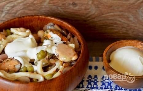 Заправьте салат майонезом и посолите по вкусу. Тщательно перемешайте и сразу же подавайте к столу. Можно также украсить салат свежей зеленью.