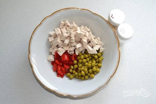 Добавьте соль и перец по вкусу.