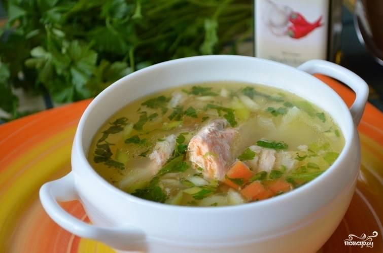 5. В самом конце добавьте нарезанную петрушку, прокипятите суп еще минуту и снимайте с огня. Дайте ему немного настояться и подавайте к столу в горячем виде.