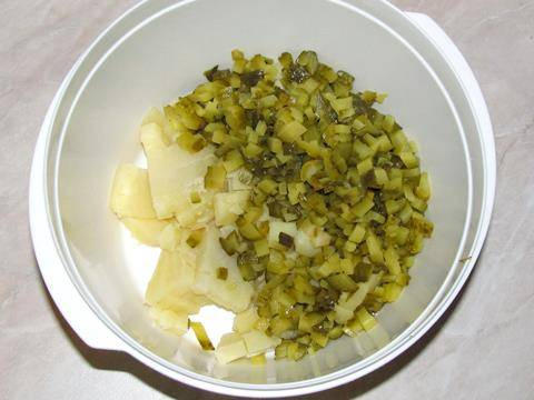 Кладем в салатницу нарезанные картофель и огурцы.