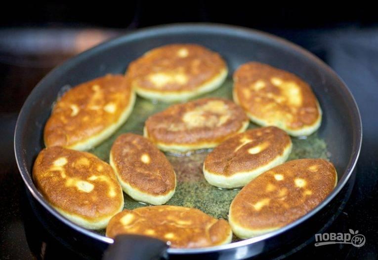 6. Обжаривайте пирожки до золотистого цвета с двух сторон на растительном масле.