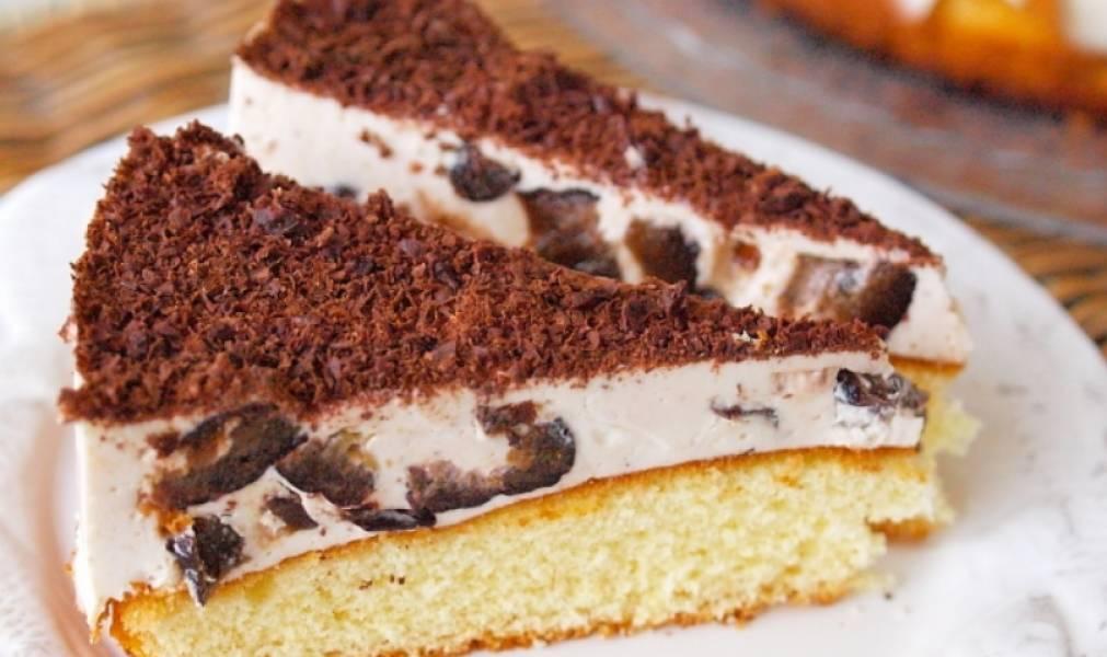 Выкладываем сметанное суфле с черносливом на остывший бисквит. Разравниваем суфле, и отправляем торт в холодильник для полного застывания. Перед подачей на стол посыпаем его тертым шоколадом. Приятного аппетита!