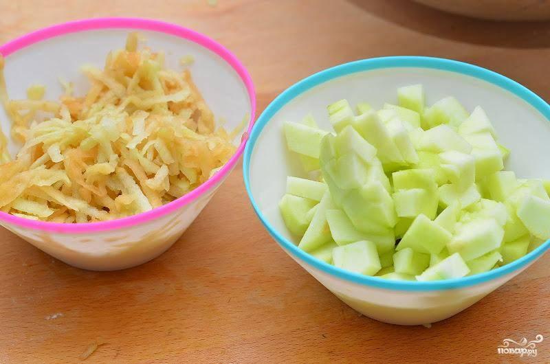 Тем временем, занимаемся яблоками - половину натираем на крупной терке, а половину просто нарезаем на среднего размера кубики.