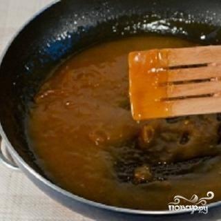 4.В отдельной посуде смешать апельсиновый сок с коньяком. Положить туда крахмал и хорошо перемешать до однородности. Влить эту смесь в сковородку. Уменьшите огонь и, не переставая мешать, варите до  легкого загустения. Это займет около 5 минут. Теперь можно блинчики положить в соус и немного их потомить в соусе. После этого блинчики выкладываются на порционные тарелочки и поливаются остатками соуса.
