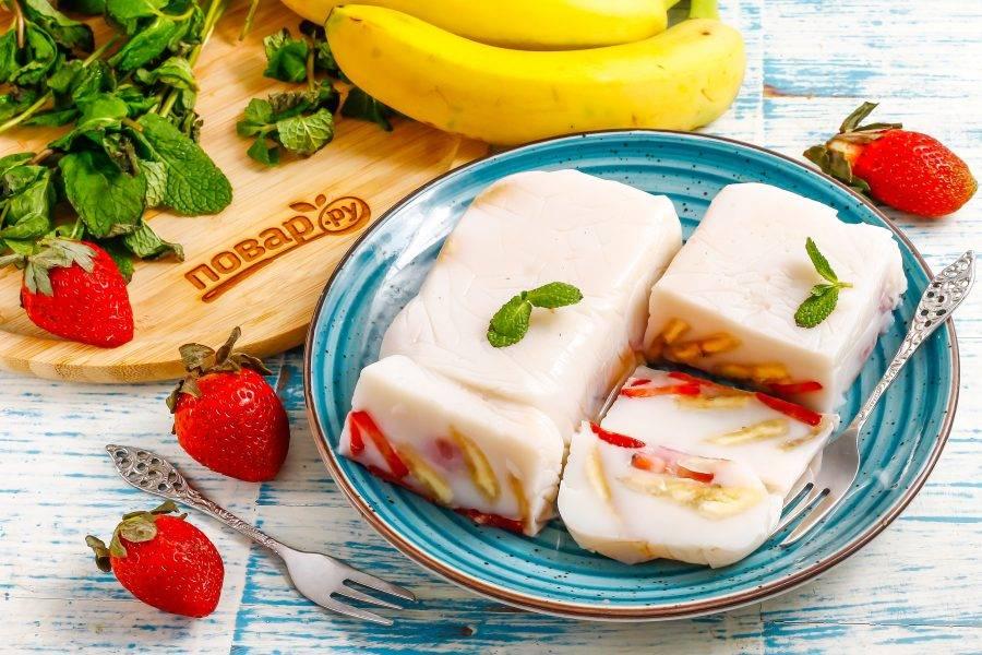 Выложите его на тарелку, аккуратно снимая пищевую пленку, нарежьте порционными кусочками. Подавайте десерт с джемом, сиропом, топингом.