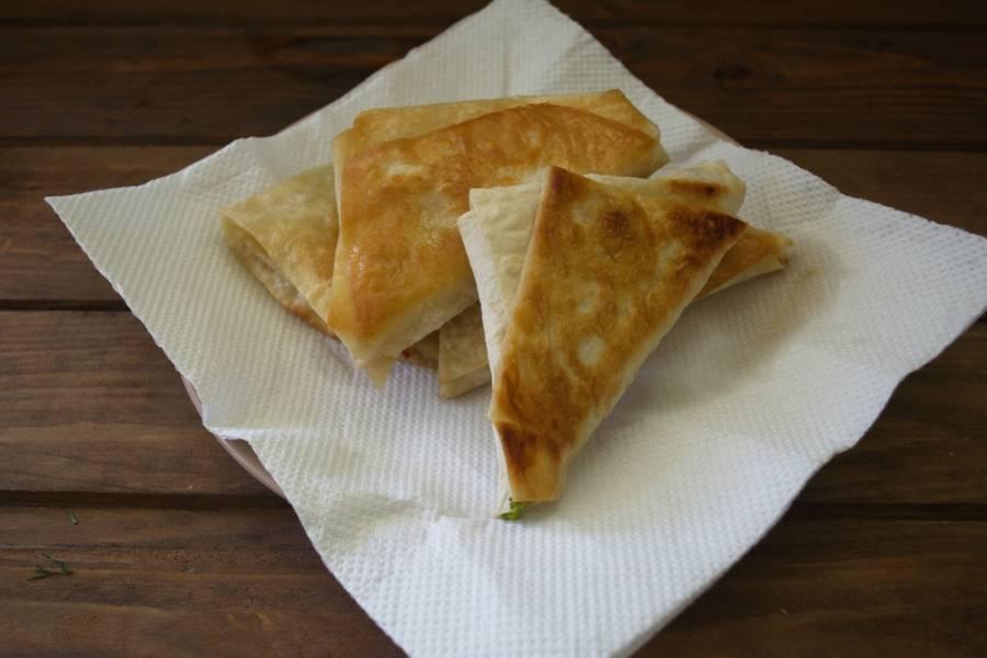 Выложите лавашики на бумажное полотенце, чтоб удалить лишний жир.