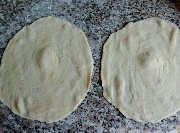 5. Достаем тесто из холодильника, нарезаем его на части, каждую из которых раскатываем (не более 10 сантиметров в диаметре).