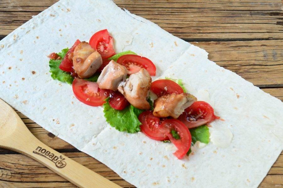 Сверху выложите листья салата и ломтики помидора. Последними положите кусочки куриного шашлыка.