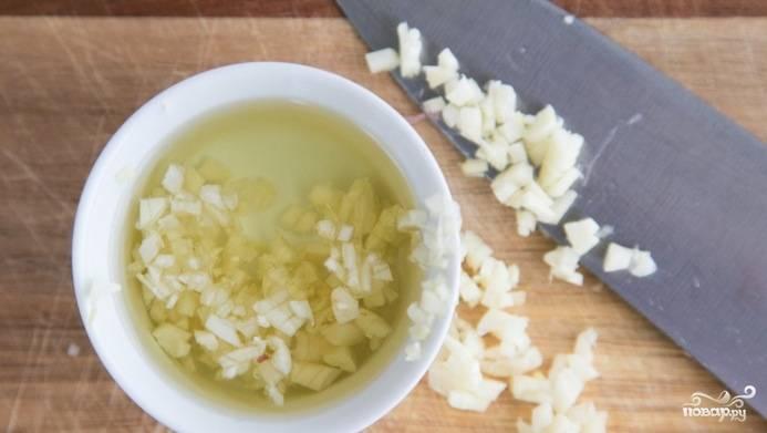 Смешайте оливковое масло и мелко нарезанный чеснок.