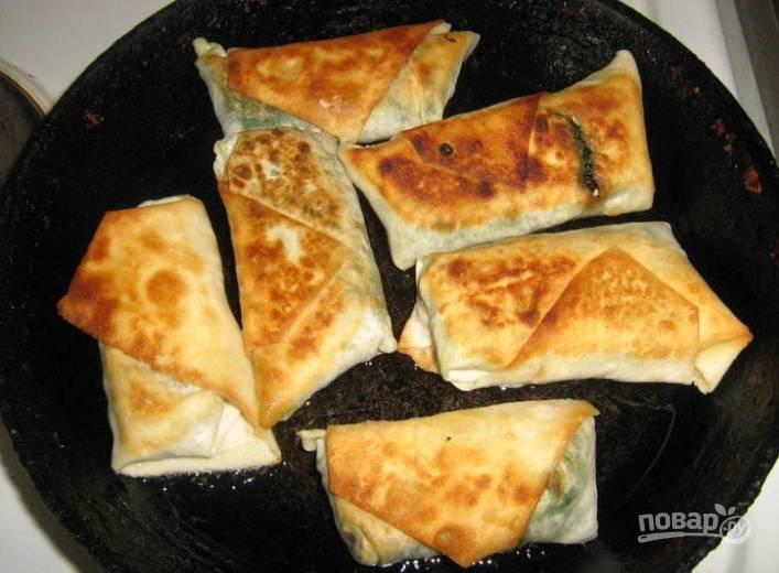 5.Сковороду разогреваю, добавляю кусочек сливочного масла, обжариваю лаваш с двух сторон.