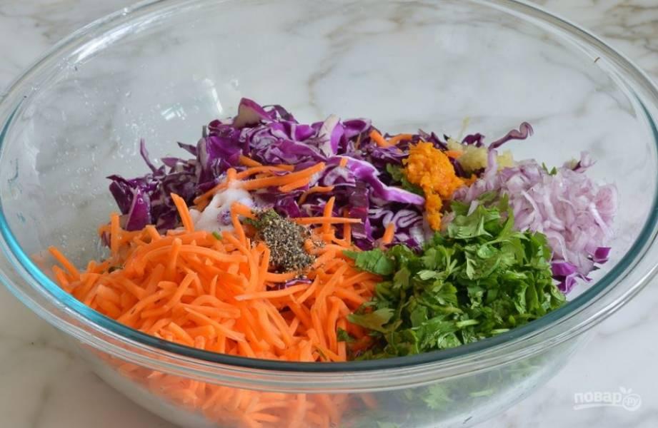 2. Соедините в салатнице морковь, кинзу, капусту, перец, соль, лук.