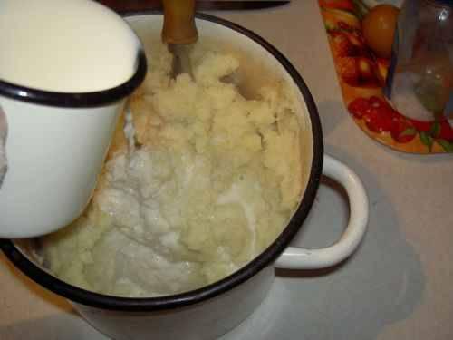 Толчем его до состояния пюре, добавляем соль, кипяченное молоко и яйцо.