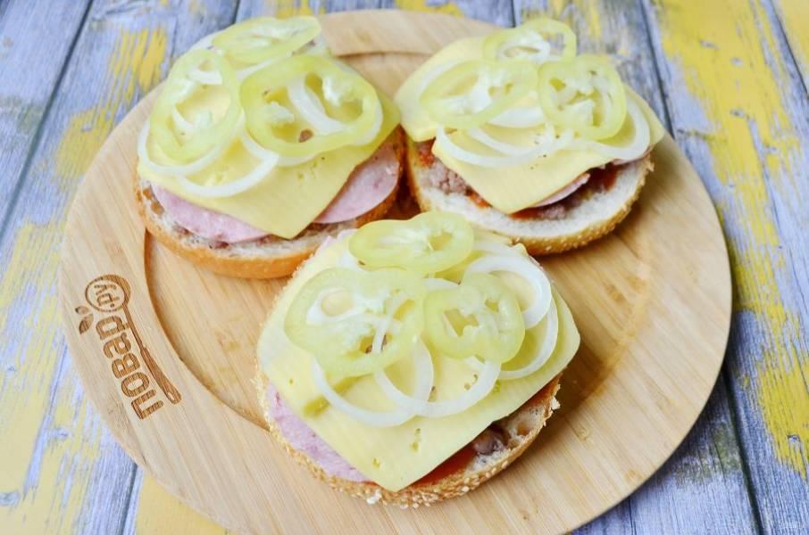 7. Следующий слой — овощной: положите колечки лука, сладкого перца. Соль и специи по вкусу.