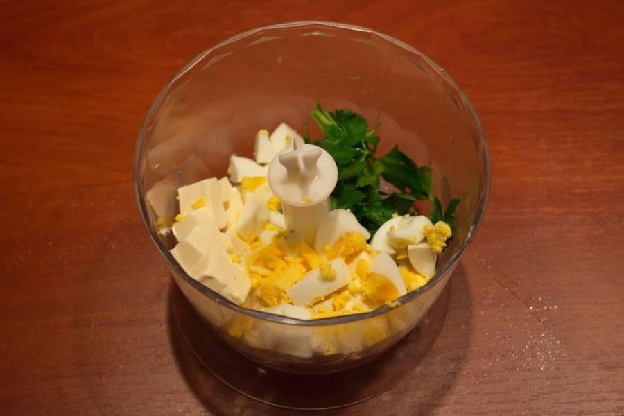 Отварите яйцо. Очистите, нарежьте  и поместите в чашу.
