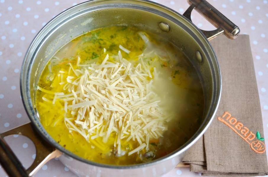 Добавьте лапшу, зелень укропа или петрушки. Проварите суп еще 5 минут.