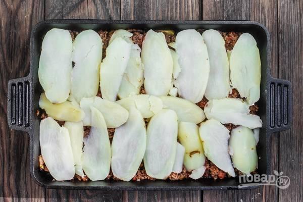 7.Следом — картофельный слой. Присыпьте его панировочными сухарями.