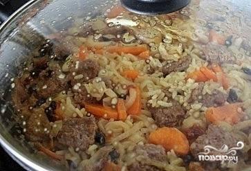 Тушить под закрытой крышкой до готовности риса.