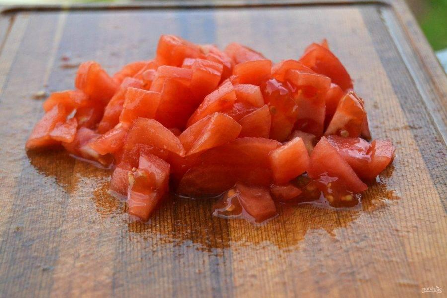 4.Аккуратно достаньте помидор и очистите его от кожуры, затем нарежьте небольшими кусочками.