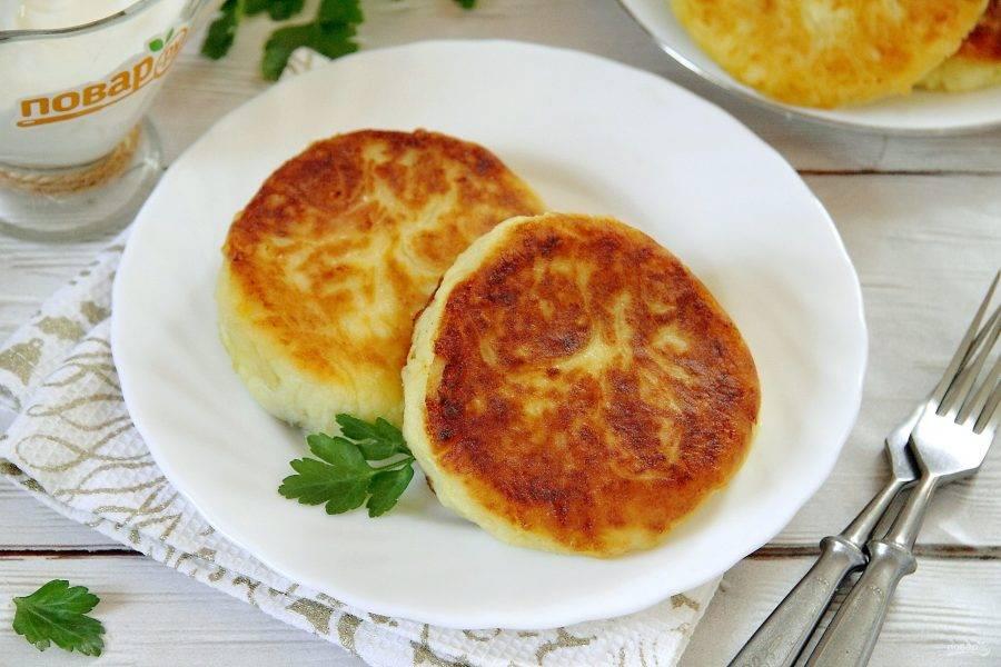 Готовые бульбяники подавайте в горячем виде, с зеленью и соусом. Приятного аппетита!