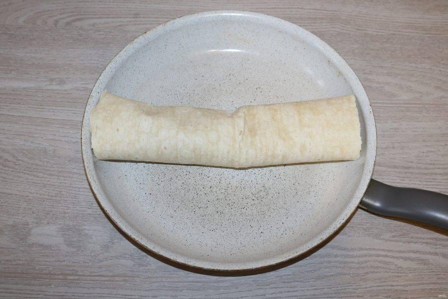 Обжарьте ролл на разогретой сковороде с добавлением небольшого количества масла до золотистого цвета.