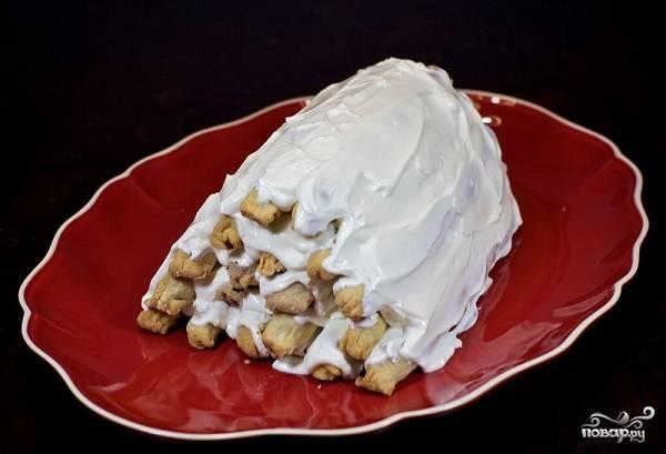 """9. Вот и весь секрет, как сделать торт """"Вишня в снегу"""". Оставьте его минимум на 3-4 часа, чтобы он как следует пропитался. Перед подачей можно присыпать тертым белым шоколадом или кокосовой стружкой, но и без нее будет очень вкусно!"""