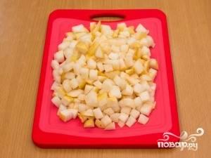 Для начала промываем, очищаем и нарезаем грушу кубиками.