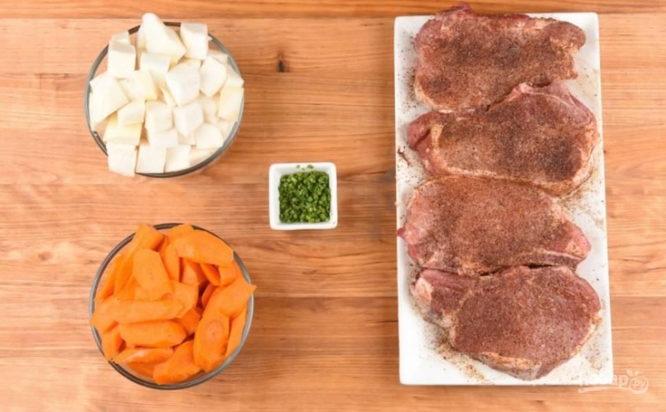 1. Подготовим ингредиенты. Мясо разморозим, помоем и обсушим. Натрем специями — и пусть немного постоит.