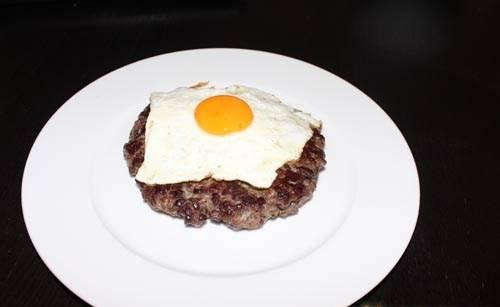 На сковороде, отдельно от бифштексов, жарим яйцо, так, чтобы запекся только белок и выкладываем глазунью на бифштекс. Получается очень сочно и сытно.